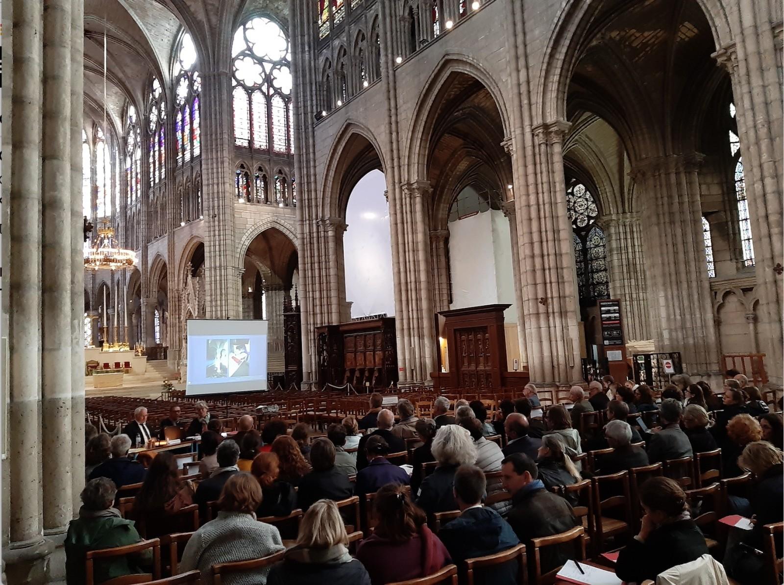 Dans la basilique Saint Denis, la deuxième journée nationale du collège des Monuments historiques, sur le thème de «  Combler la lacune ? ». © Nathalie Choplain.