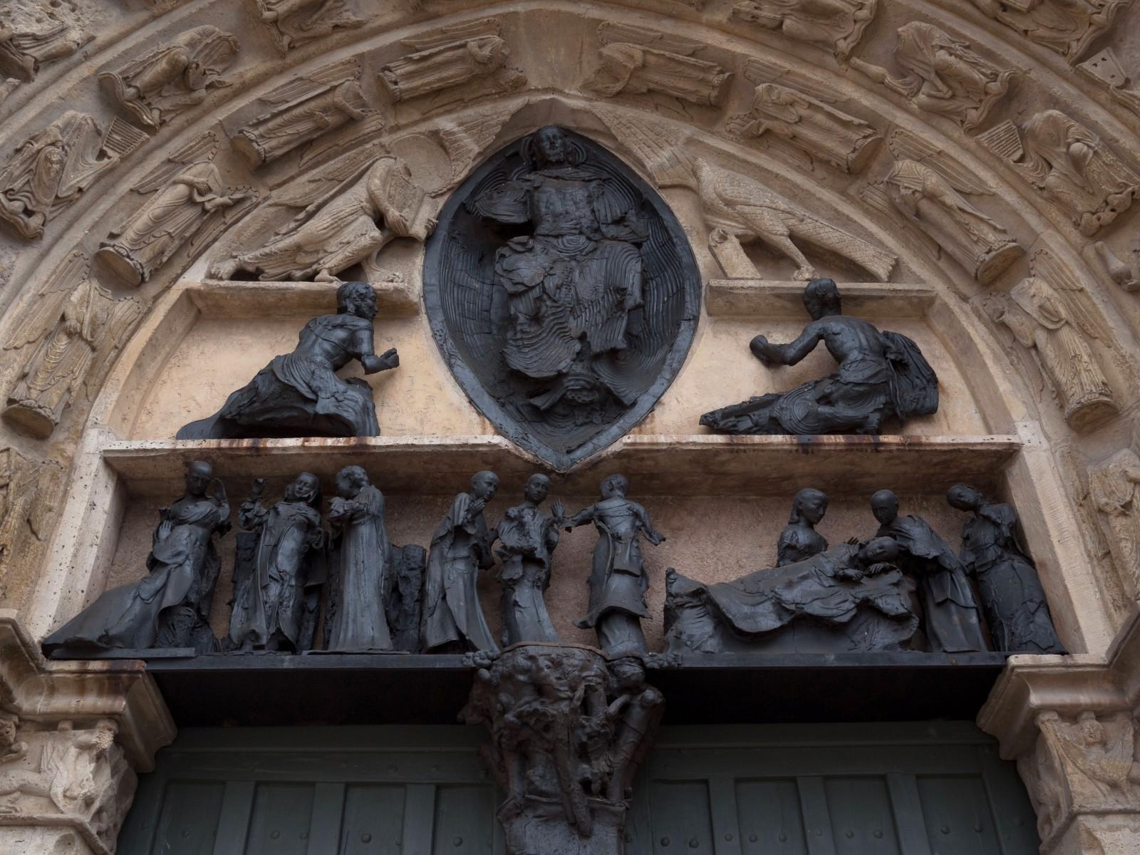 Église Saint Ayoult à Provins. Les sculptures datent de 1990 et sont l'oeuvre de Georges Jeanclos. Elles comblent depuis 1986 la lacune qu'avaient laissée les destructions de la période révolutionnaire. C'est un bel exemple de substitution par une oeuvre contemporaine. © Ph. Cieren.