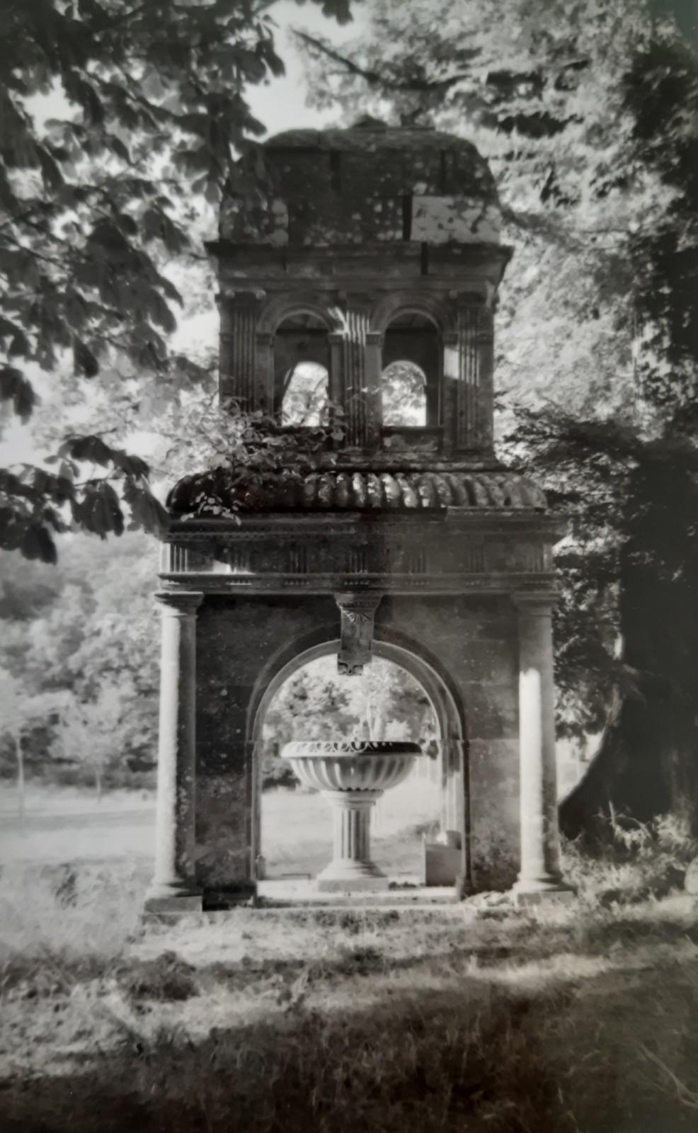 La fontaine au moment de son classement, dans les années 1950. Le lanternon est déposé. ©DRAC Pays de la Loire