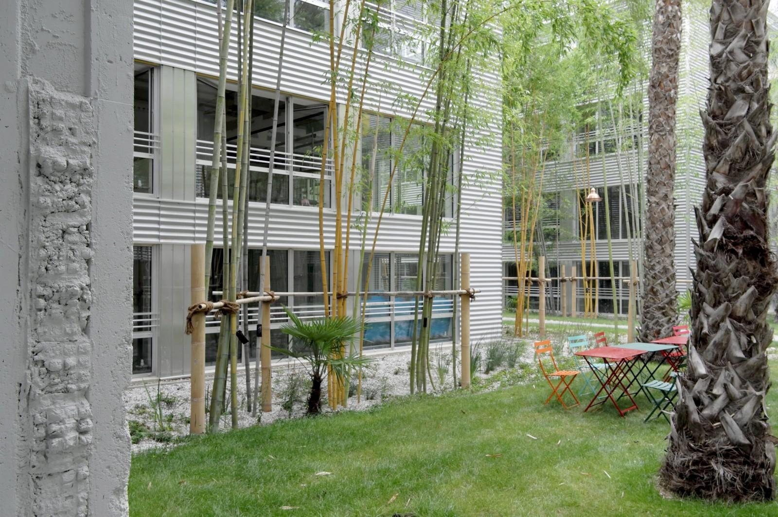 Transformation du Centre de Tri Postal, Georges Cordier architecte, (1978) en Cité Numérique par Alexandre Chemetoff & associés, architectes (2019). Les rues jardinées. © Alexandre Chemetoff.