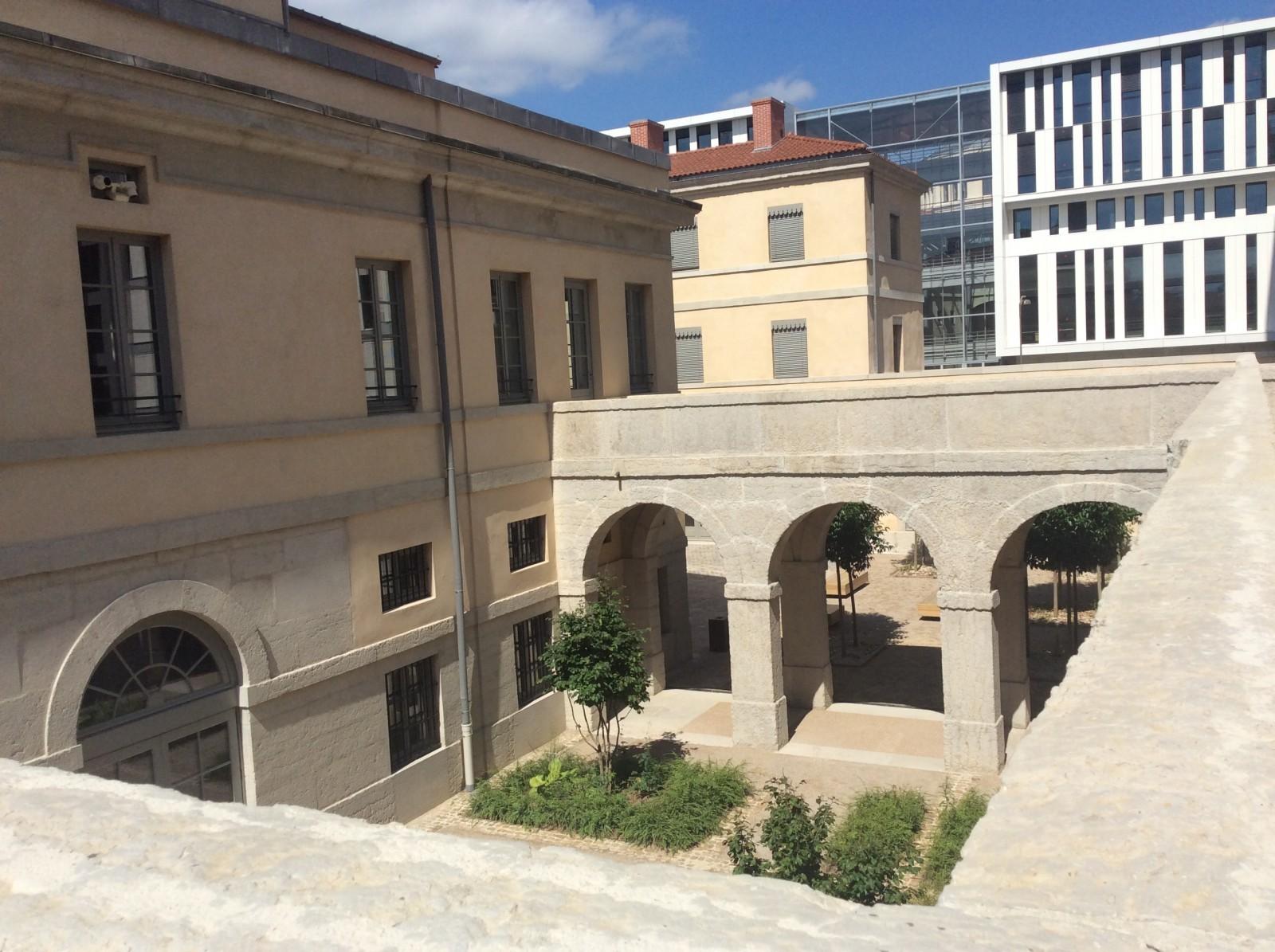 L'ancienne prison Saint Joseph depuis le chemin de ronde, transformée en logements et, en arrière plan, l'ancienne prison Saint-Paul, transformée en université. © Carole Fouque