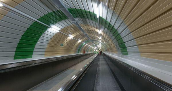 Aller à la basilique Sant-Ubaldo en téléphérique puis à la Rocca Albornoz en trottoir roulant souterrain...