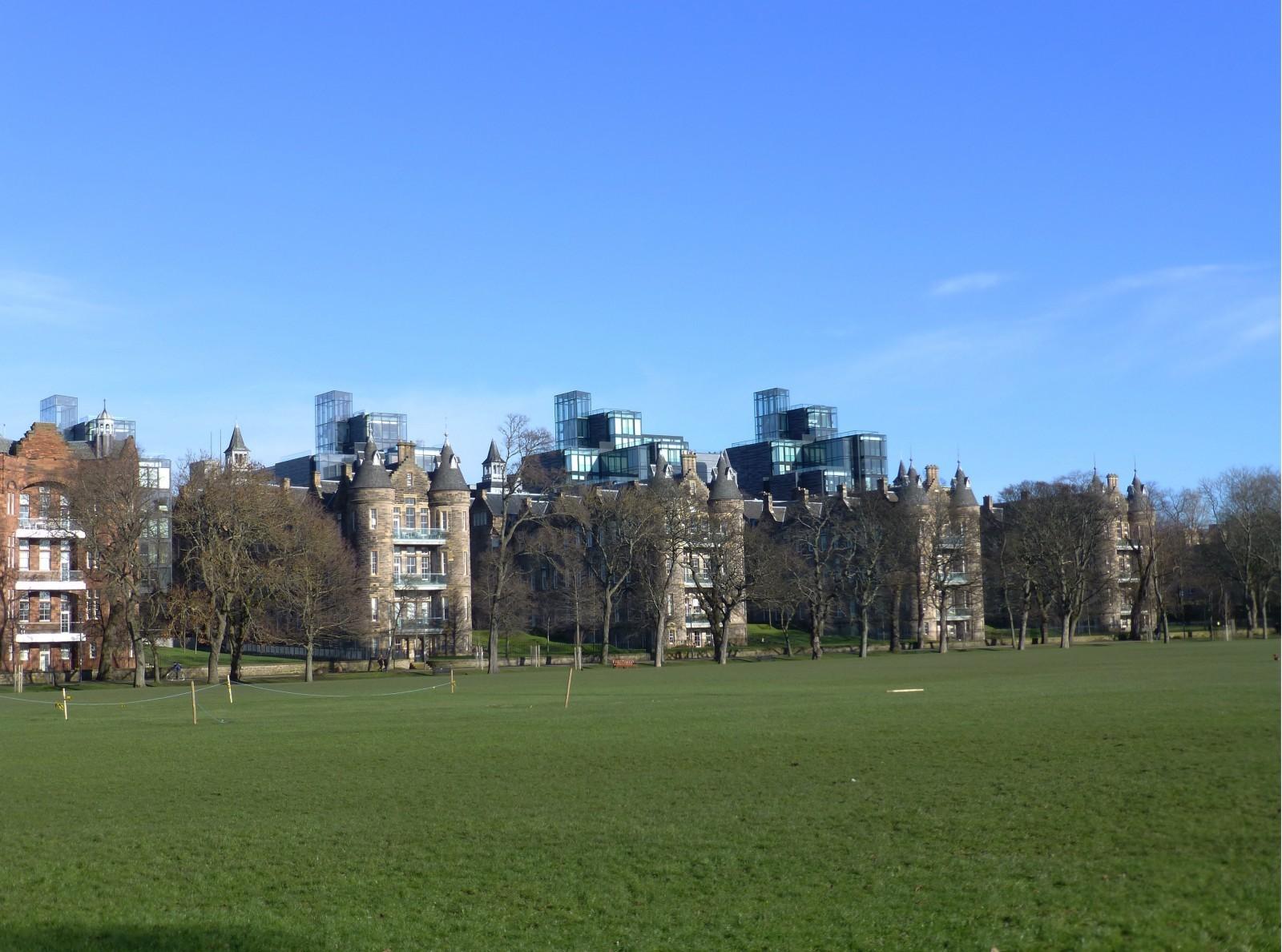 Donnant sur le parc des Meadows à Édimbourg, l'opération de reconversion des bâtiments de l'université (Royal infirmary hospital campus) par Foster+Partners (2003 et sq.) mêle bâtiments anciens et nouveaux dans une proximité subversive. © Th. Jeanmonod.