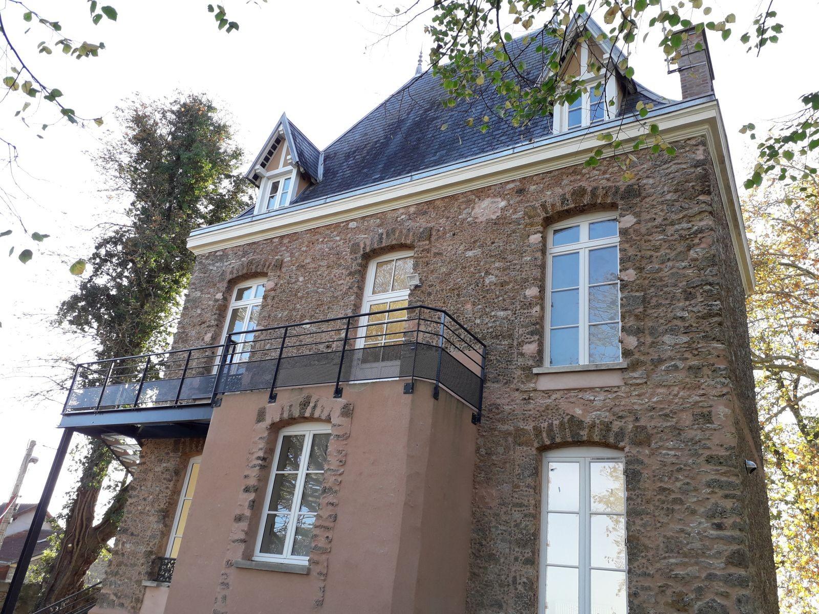 Esprit d'escalier pour la «Maison du jardinier » à Ollainville (91), soutenu par la Fondation du Patrimoine ; acquisition-amélioration de deux logements d'insertion grâce au parti-pris d'un escalier extérieur.