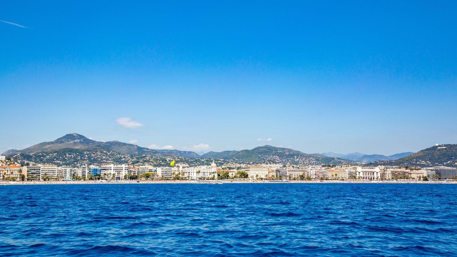 Nice, lovée entre la baie des Anges et l'amphithéâtre des collines. © Ville de Nice