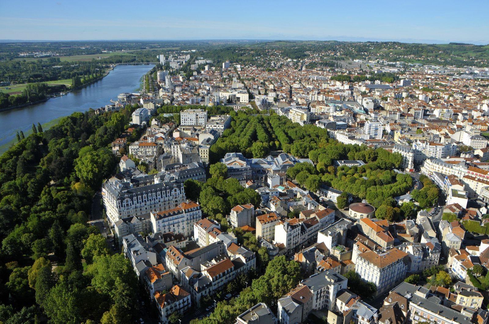Vichy entre source d'eaux thermales et plan d'eau sur l'Allier. Vue aérienne. ©L-Plancke