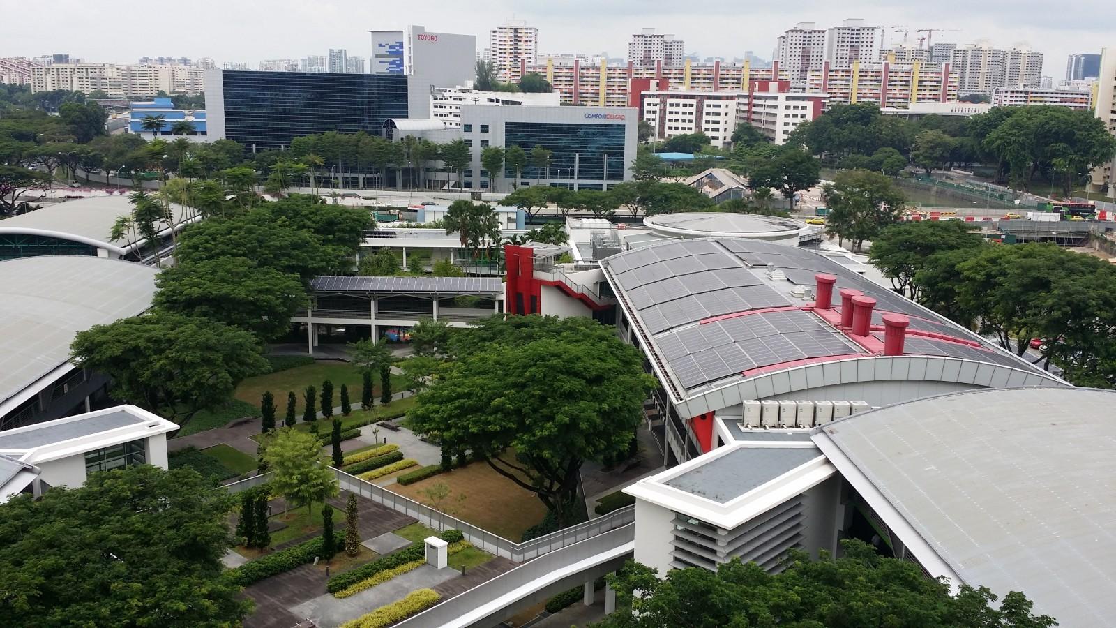 Exemplarité des bureaux du Buildings and Construction Authority BCA du gouvernement de Singapour à BCA Academy. (https://www.bcaa.edu.sg/) Le gouvernement de Singapour démontre à travers ses immeubles publics la possibilité dans un climat tropical de répondre à l'objectif