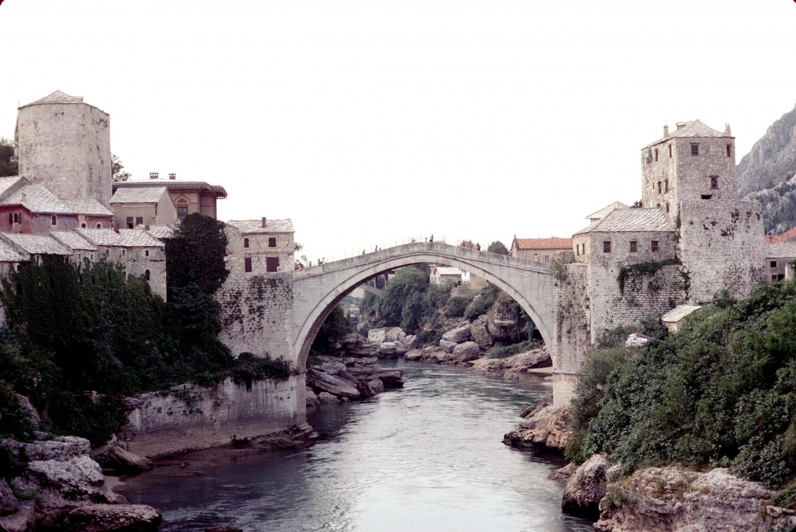 Le vieux pont de Mostar en 1974, avant sa démolition, Bosnie-Herzégovine. © Wikimedia ; Jean-Pierre Bazard