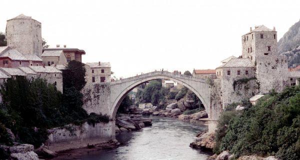 Deux ponts remarquables de la fin du XVI(sup: e) siècle : le vieux pont de Mostar et le pont de la Sainte Trinité à Florence