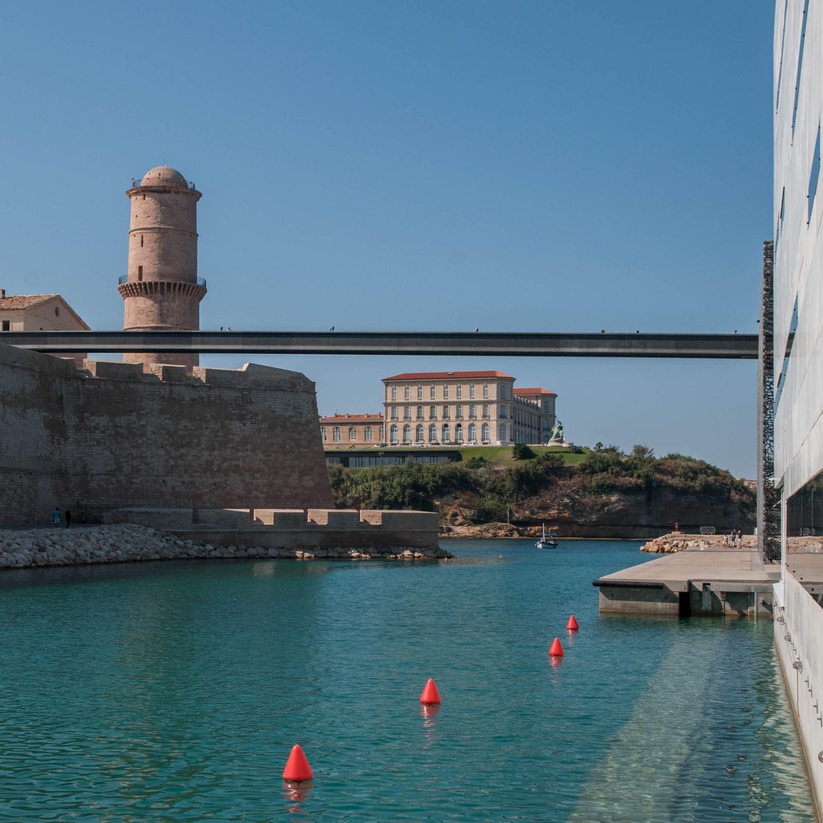 Dans le port de Marseille, passerelle qui franchit la darse  et relie le MUSEM au vieux fort Saint-Jean réhabilité ; oeuvre des architectes Rudy Ricciotti et Roland Carta. © Ph. Cieren