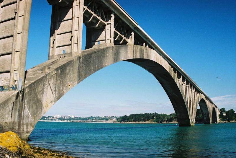 Le pont Albert-Louppe à Plougastel, dans les environs de Brest, construit par Eugène Freyssinet, et inauguré en 1930. © Source : Wikimedia
