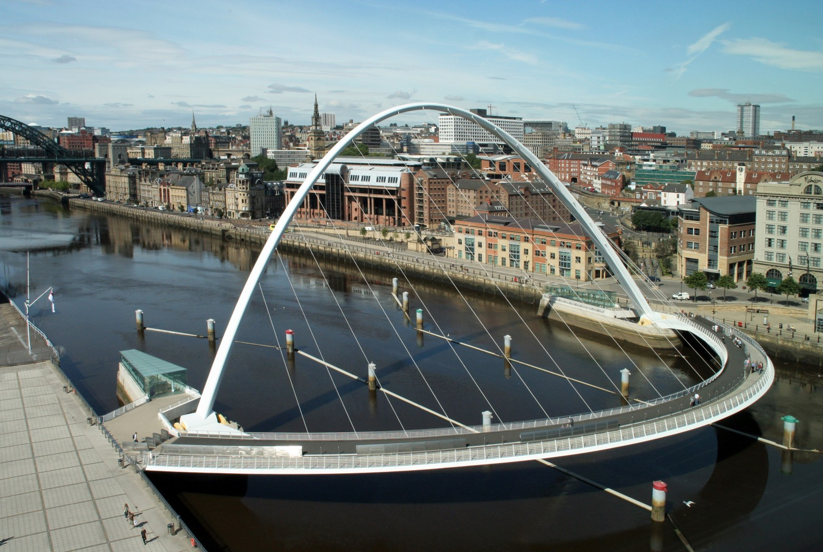 Le Gateshead Millenium Bridge,  dans le nord de l'Angleterre. C'est un pont mobile avec une forme très particulière. Il pivote sur un axe horizontal perpendiculaire au courant. Sa forme courbe lui permet ainsi d'adopter un profil d'arc une fois redressé. Il est en place depuis 2001. Architecte : Keith Brownlie du studio Wilkinson Eyre. Source : Flickr