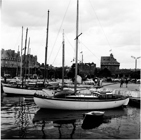 Le port de plaisance. Façade Est des remparts.  À l'arrière plan le nouvel hôtel de ville dans l'ancien donjon et la nouvelle porte Saint-Vincent rénovée figurant maintenant l'entrée principale, 1959. © Anonyme - Terra
