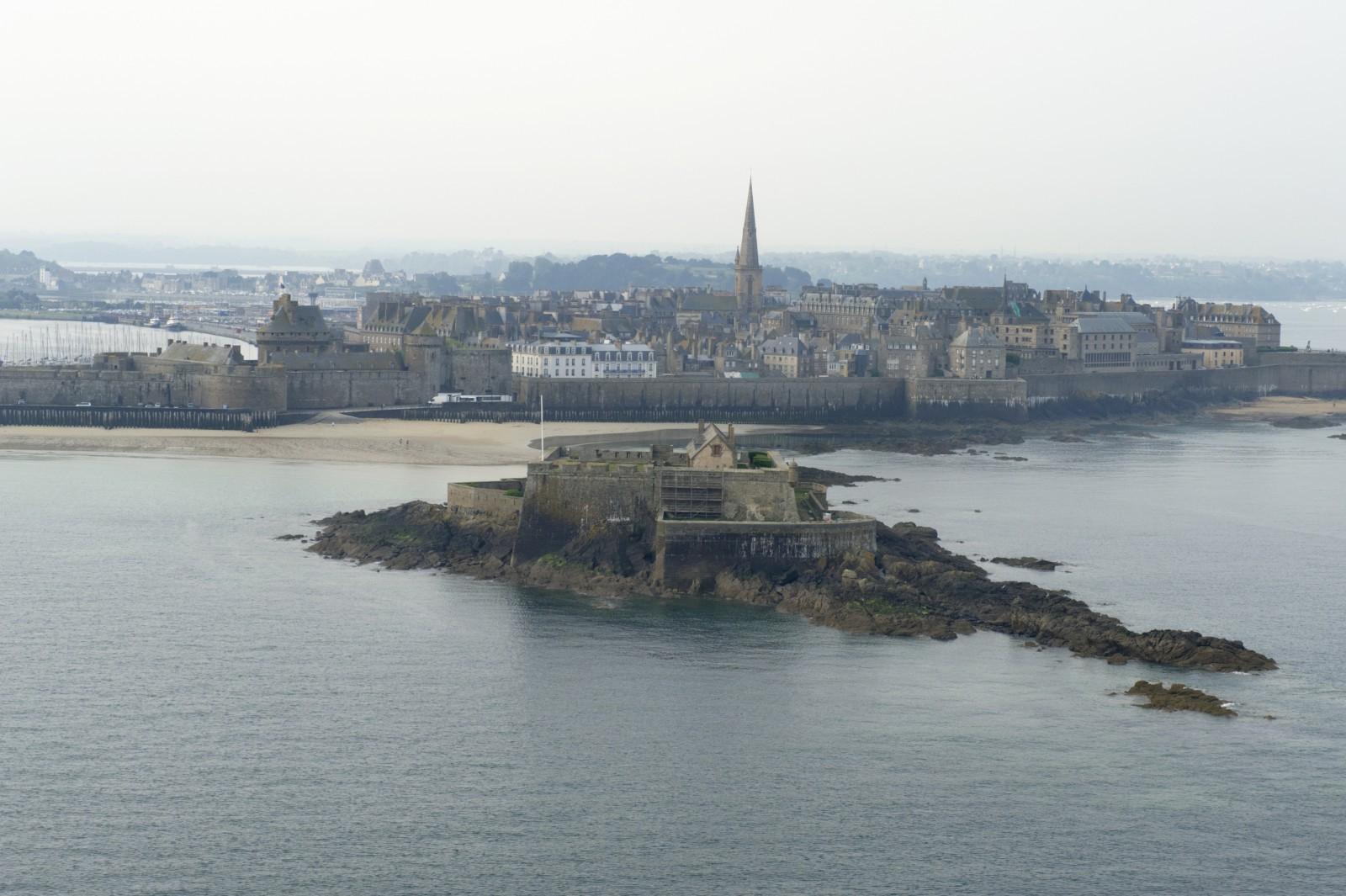 - Saint-Malo Intramuros reconstruit, au premier plan le Fort National, 2011. © Laurent Mignaux – Terra