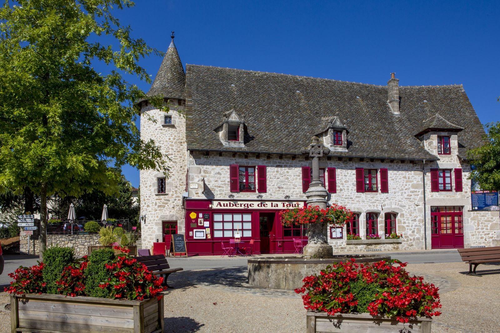 À Marcolès (15), l'ancienne auberge, relais de diligence devenu restaurant gastronomique et chambres d'hôtes, contribue à l'attractivité de la Petite Cité de Caractère. © Pierre Soissons.