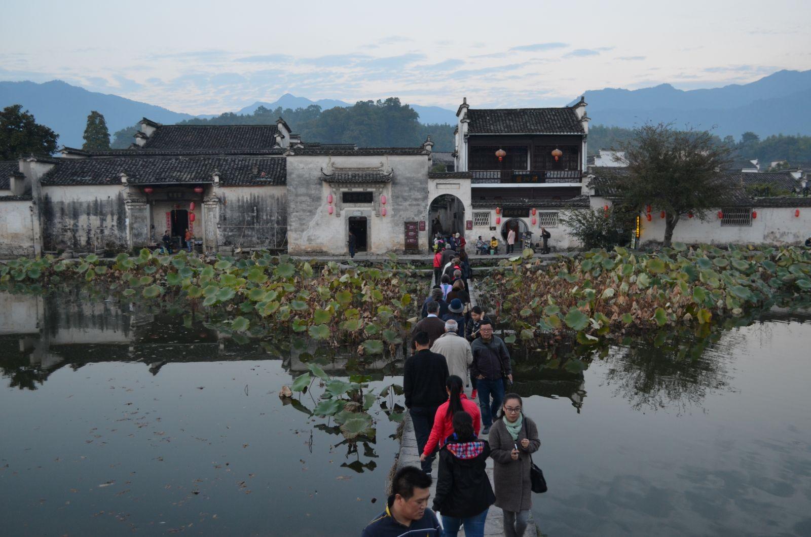 Hongcun, village de la province de l'Anhui (à l'ouest de Shanghai), devenu célèbre depuis son classement, avec le village de Xidi, au Patrimoine mondial en 2000. Il est proche des Huangshan, les Montagnes jaunes connues pour la poésie de leurs paysages de pins accrochés à des à-pics vertigineux. Hongcun, ou comment associer la qualité de l'accueil des touristes et la qualité de vie des résidents. © Petites Cités de Caractère. 2015.