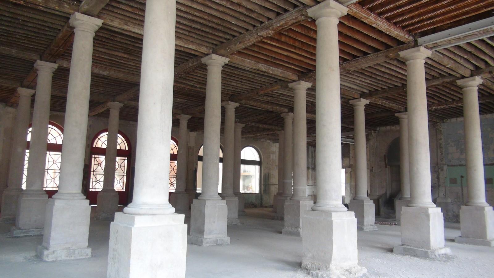 La salle des colonnes au rez-de-chaussée de la Bourse du Travail de Troyes, état actuel. © Didier Rykner, La Tribune de l'Art