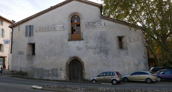 Les caves coopératives dans les villages du Var - Des constructions repérables dans le tissu villageois