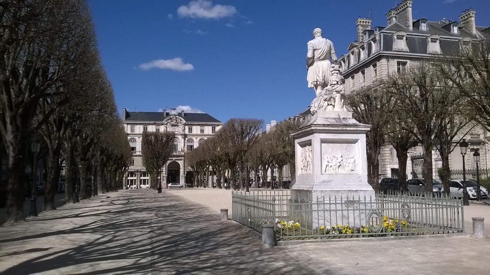 Pau, le Grand Théâtre et la Place royale. © René Colonel