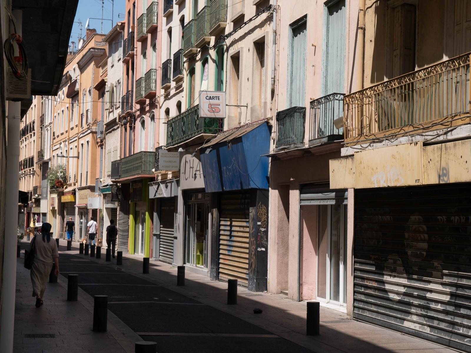 Le centre historique de Perpignan souffre comme beaucoup d'autres d'une vacance commerciale importante en centre-ville. La révision du PSMV en cours associé à un projet ANRU et à la volonté municipale de revitaliser le centre donne de l'espoir pour un avenir plus favorable prenant en compte tous les enjeux. © Philippe Cieren.