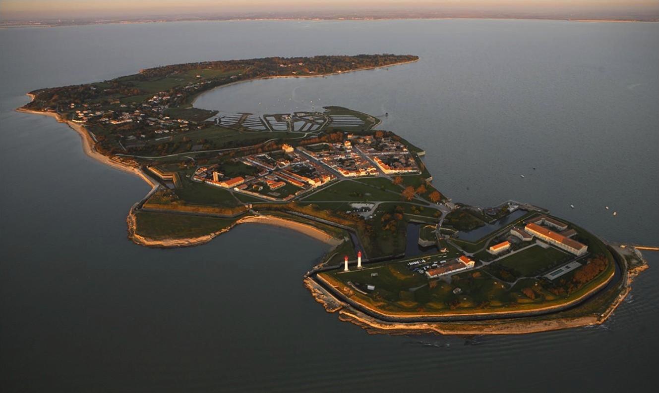 Vue aérienne de l'île d'Aix. Source : it.wikipedia.org