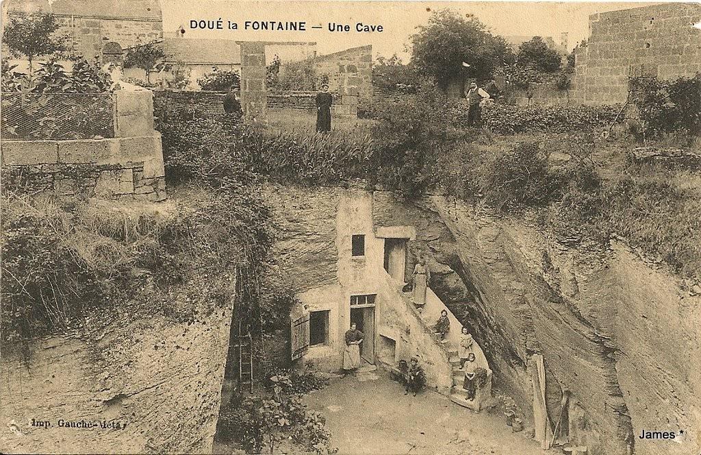 Une cave à Doué-la-Souteraine. Carte postale, vue ancienne. © D.R.