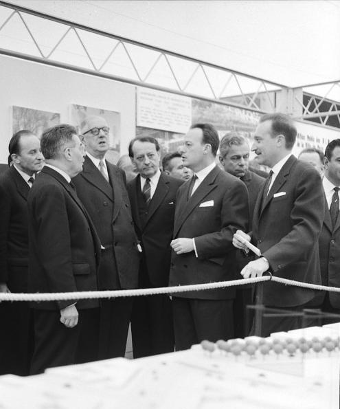En janvier 1961, Pierre Sudreau, ministre de la Construction, présente au président de Gaulle et à son ministre des Affaires culturelles Malraux les visages futurs de Paris au Grand Palais, exposition devant s'ouvrir quelques semaines plus tard. ©Terra.