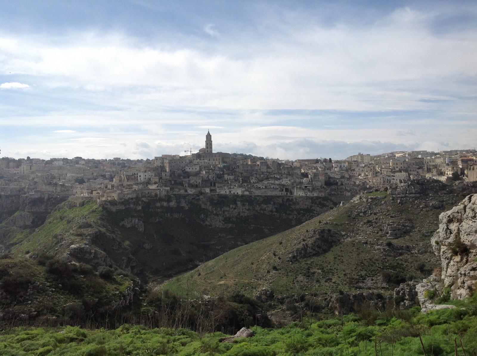 Panoramique de Matera : Sasso Caveoso à gauche, Sasso Barisano à droite, la Civita au centre.  © Samanta Deruvo.