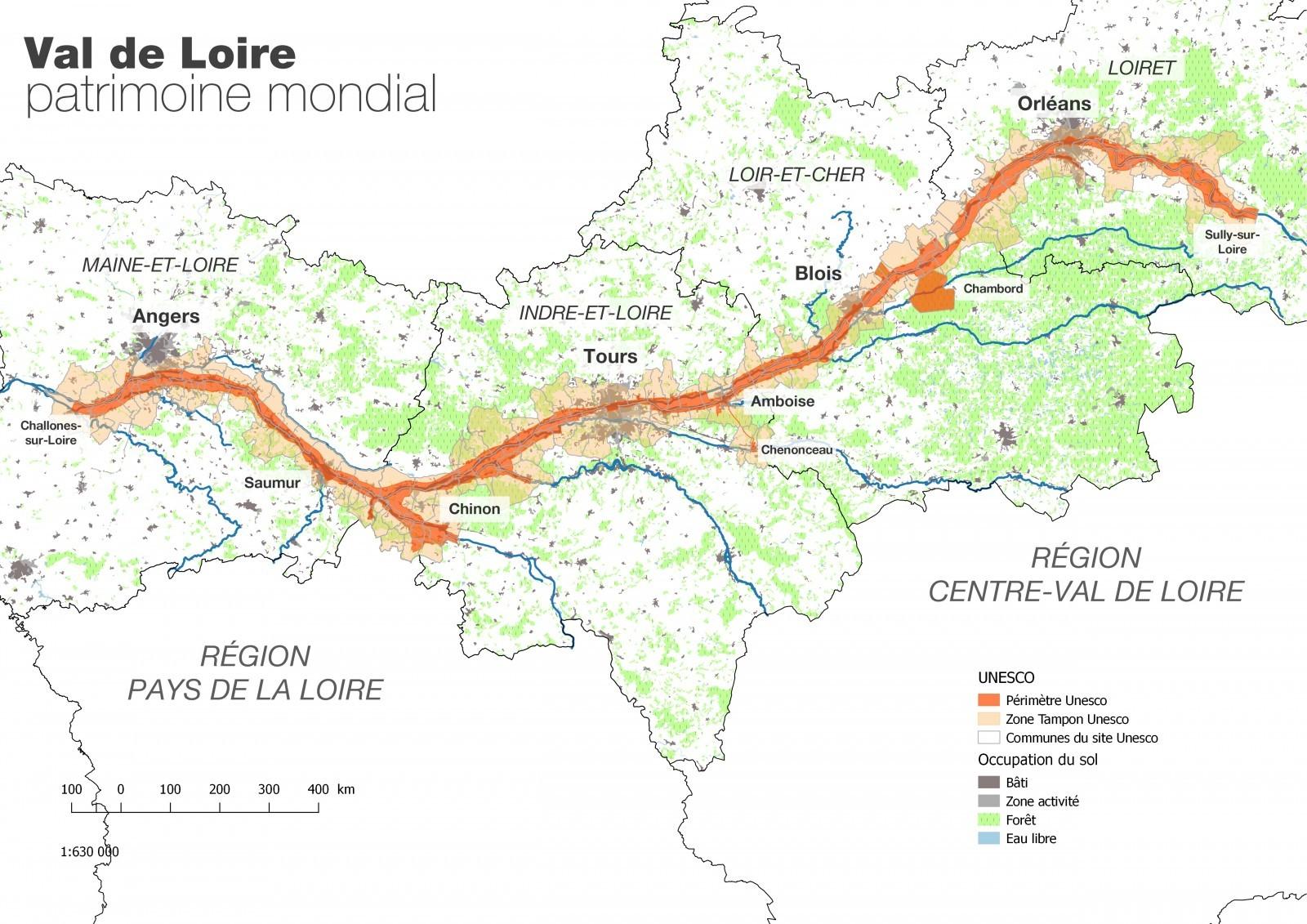 Carte du fleuve Loire et du périmètre inscrit sur la liste du patrimoine mondial. Le périmètre inscrit s'étend sur un territoire qui comprend 157 communes réparties sur 4 départements et 2 régions, depuis Sully-sur-Loire en amont jusqu'à Chalonnes-sur-Loire en aval. 2 métropoles (Orléans et Tours), 1 communauté urbaine (Angers Loire Métropole), 2 communautés d'agglomération (Blois-Agglopolys et Saumur Val de Loire) et 13 communautés de communes accueillent plus d'1,2 millions d'habitants.  Source : Mission Val de Loire Patrimoine mondial