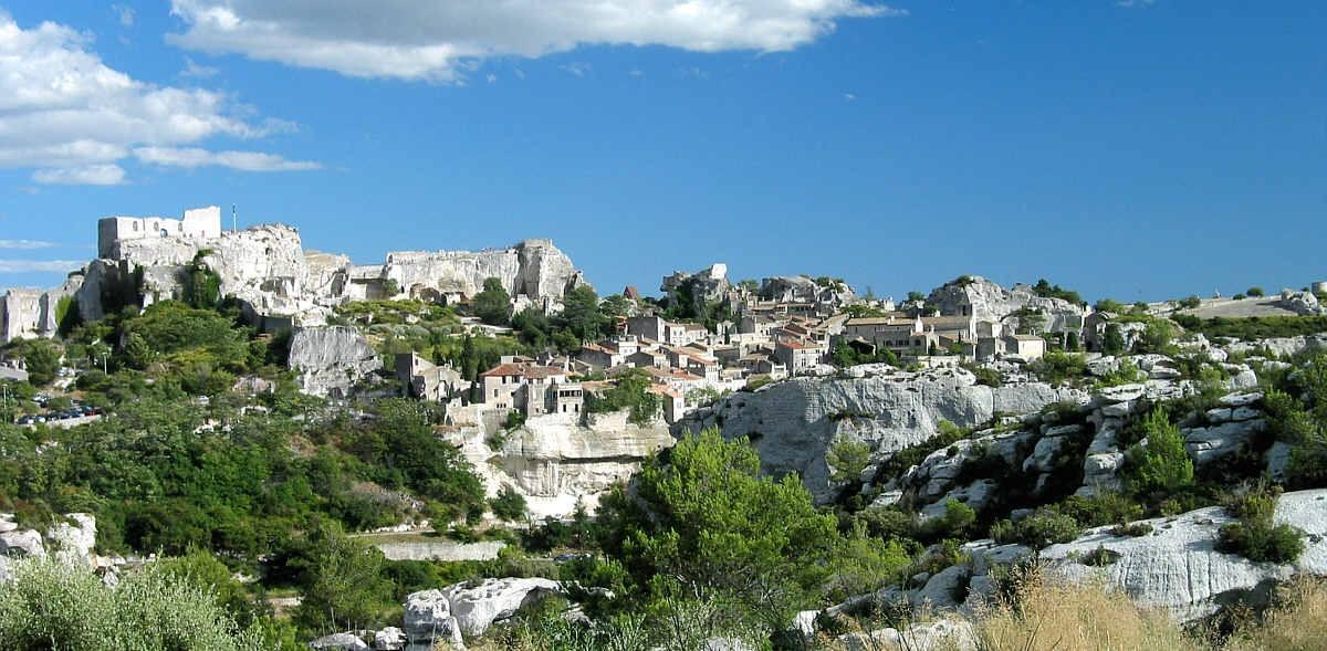 Les Baux de Provence sont (était ? ) une zone de protection depuis le décret du 3 décembre 1966. Cette vue montre l'association d'un site naturel en symbiose avec un aménagement urbain. © Rolf Süssbrich. Source : Wikipedia.