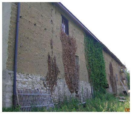Construction en pisé du XIXe siècle typique de l'Isère avec soubassement en maçonnerie de pierre. © Q.B. Bao