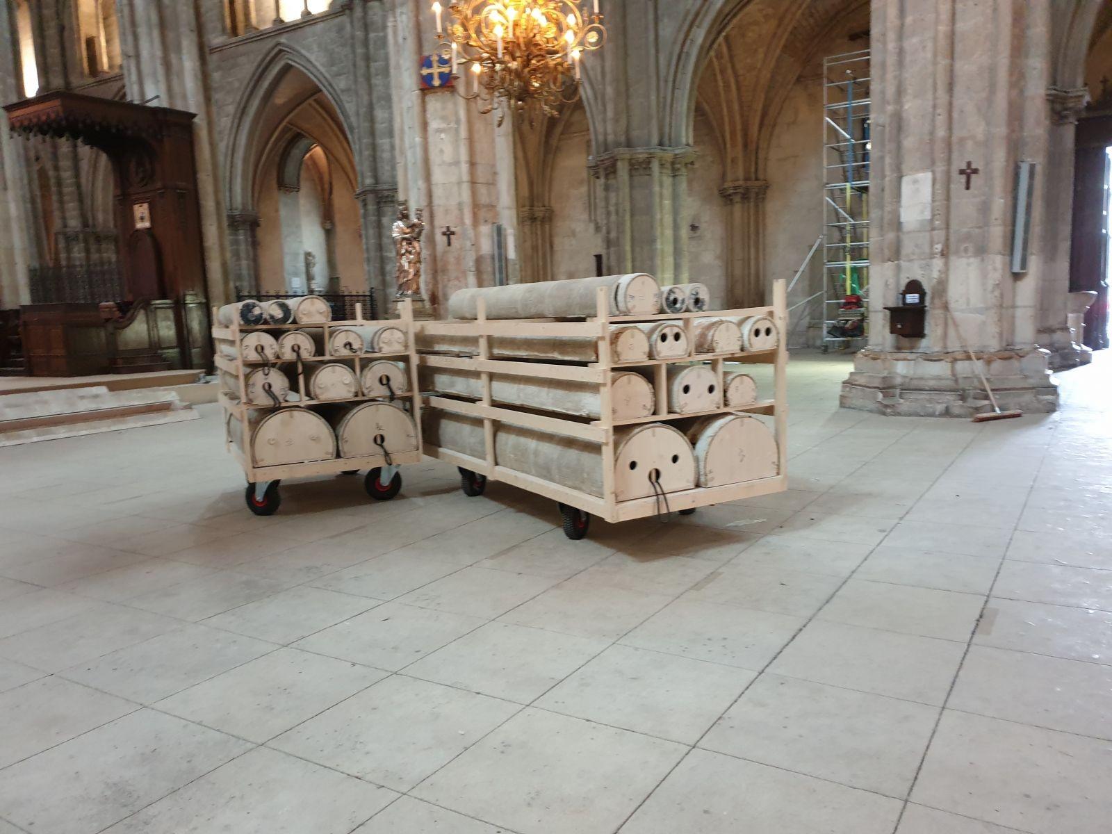 En attente de montage, les éléments du pilier de la croisée du transept de Notre-Dame. © V. Richebraque.